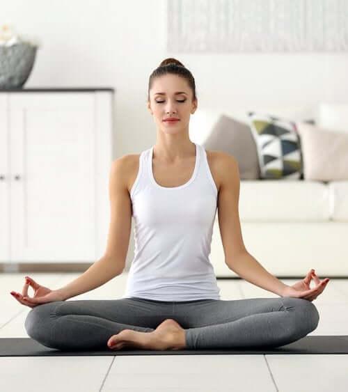 Ragazza che fa yoga e respirazione