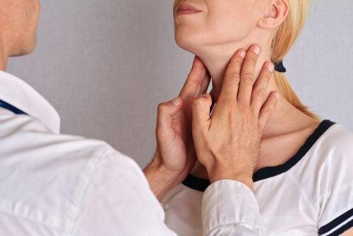 Dottore che esamina la tiroide