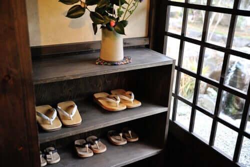 Lasciare le scarpe all'ingresso di casa