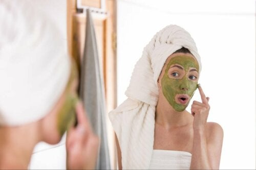 Maschera viso per curare la pelle grassa in inverno
