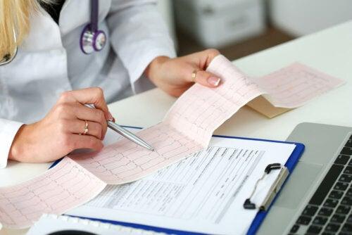 Medico controlla elettrocardiogramma