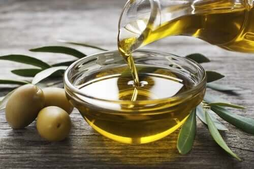 Olio di oliva, brocca e ciotola