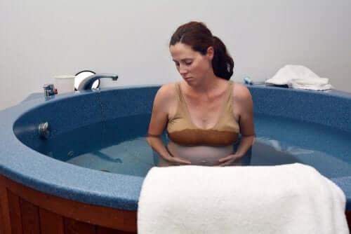 Donna incinta in una vasca