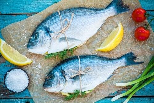 Pesce azzurro legato con lo spago