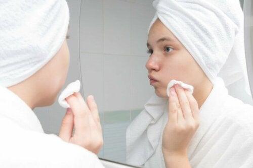 trattamenti contro l'acne, pulizia allo specchio