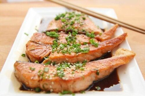 Salmone con prezzemolo e aglio
