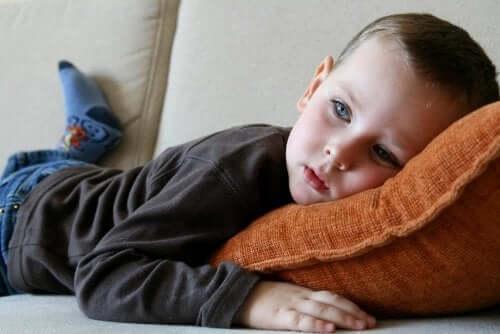Bambino sdraiato che guarda la televisione