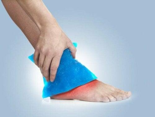 Applicazione del ghiaccio su una caviglia slogata
