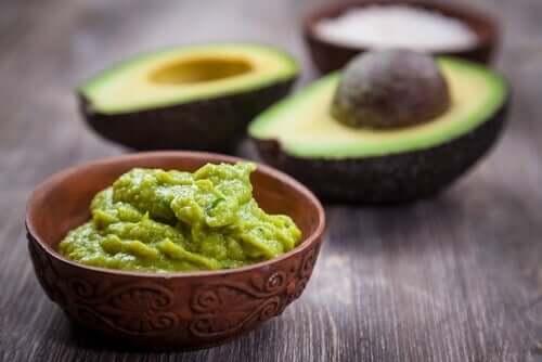 salsa cremosa di avocado e frutti di avocado