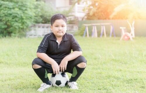 Bambino gioca a calcio