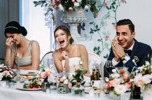 Coppia al banchetto di nozze testimone di nozze e damigella
