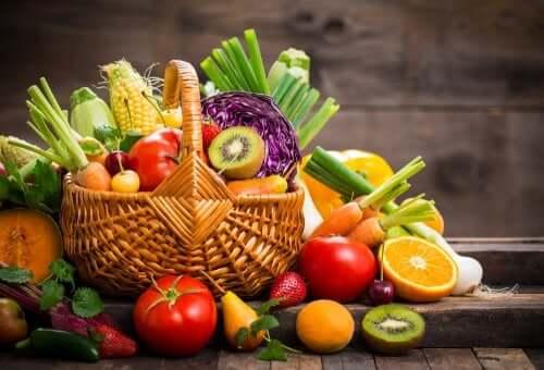 Cesta di frutta e verdura per proteggere lo ambiente