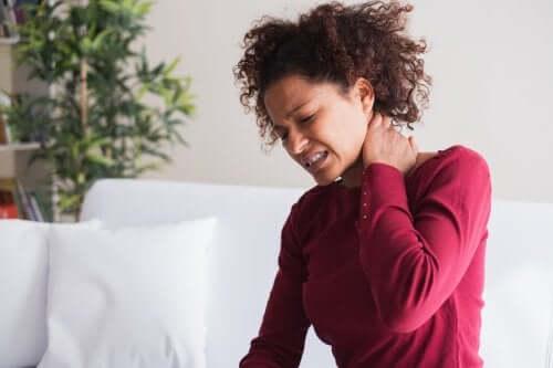 Donna con dolore al collo a causa della fibromialgia