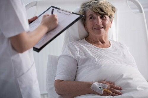 Donna che si sottopone a cure palliative