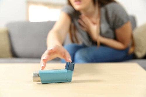 Donna con crisi respiratoria e inalatore