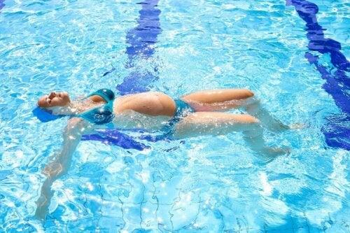 Donna incinta in piscina