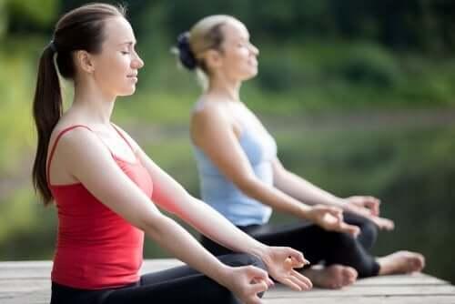Lo yoga è tra le attività alla aria aperta in autunno.