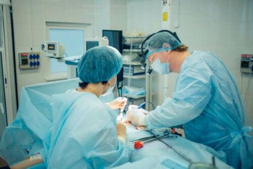 Equipe in sala chirurgica per vasectomia