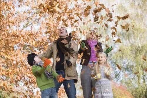 Attività all'aria aperta in autunno da soli o in famiglia