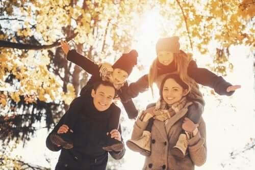 Attività all'aria aperta in autunno e famiglia al parco.