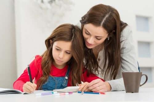 Mamma e figlia che fanno i compiti insieme per ridurre la ansia dei bambini