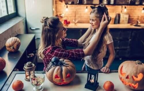 Madre aiuta la figlia a travestirsi per Halloween.