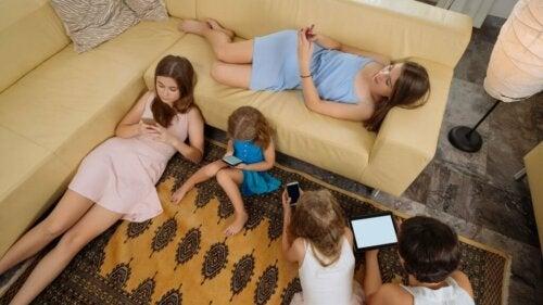 Ragazzi con cellulare e tablet e sedentarietà infantile