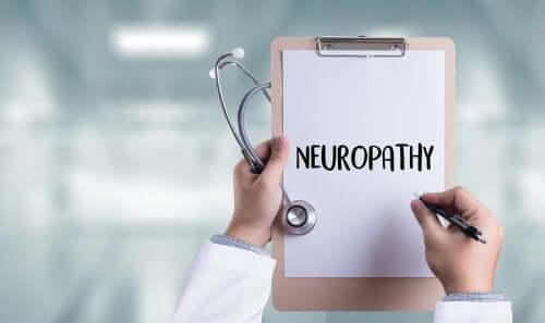Medico con cartella su neuropatia diabetica