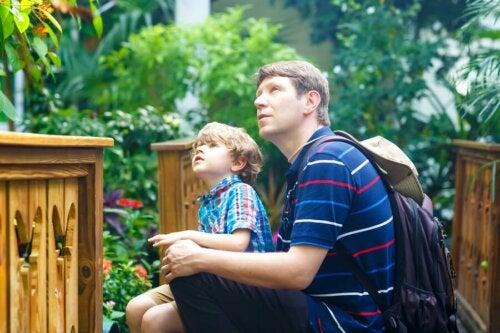 Padre e figlio in un museo