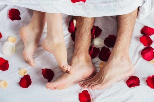Petali di rose a letto