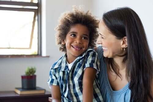 Mamma e figlio che ridono per ridurre la ansia nei bambini