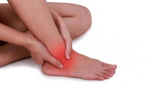 Caviglia slogata: rimedi naturali per calmare il dolore