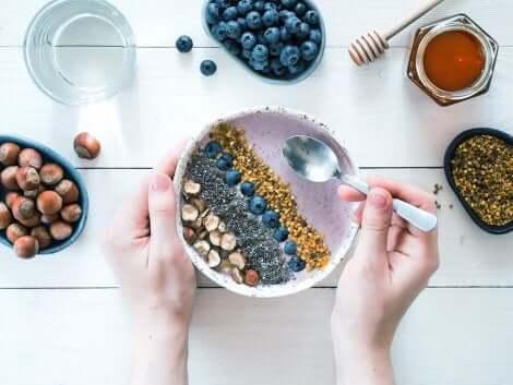 Uno smoothie bowl a colazione