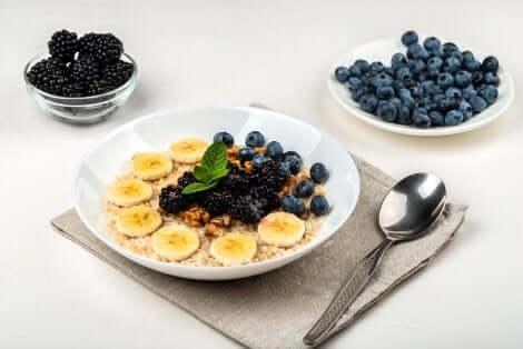Smoothie bowl con more e banana