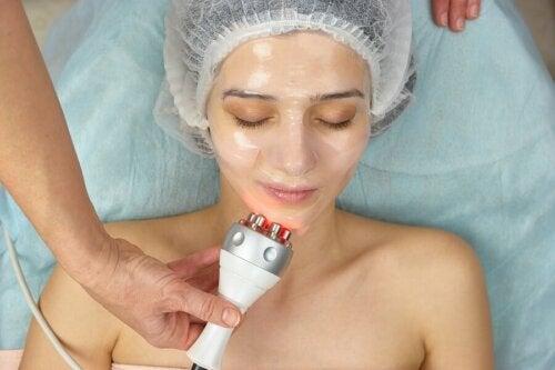 Donna che si sottopone alla radiofrequenza per il viso