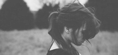 Ragazza che non riesce a capire l'importanza di perdonare se stessi