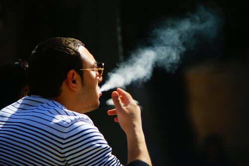 Uomo che fuma una sigaretta