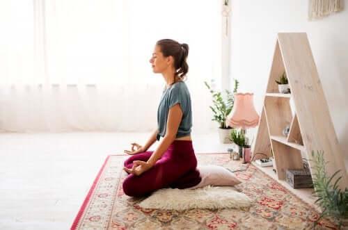 Ragazza che medita in casa