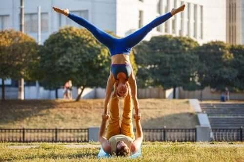 Coppia che fa acro yoga