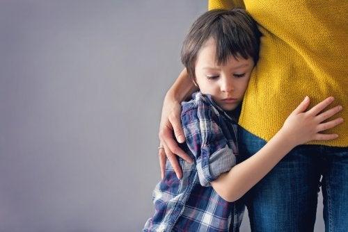 Bambino abbracciato alla madre
