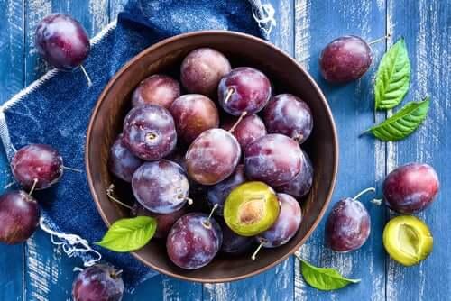 insalate con frutta ed erbe aromatiche, prugne