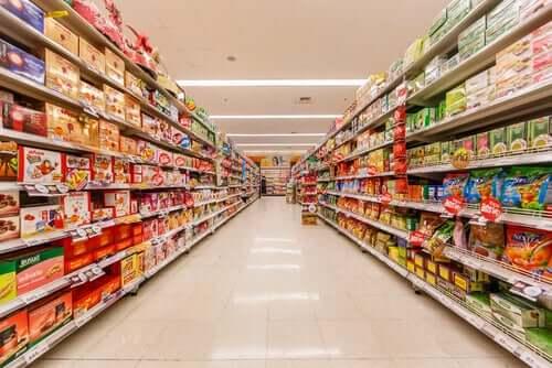 Corsia del supermercato vuota
