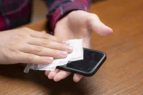 Disinfettare il cellulare, i consigli degli esperti