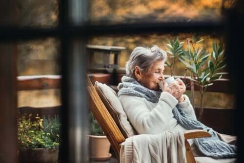 Donna anziana seduta