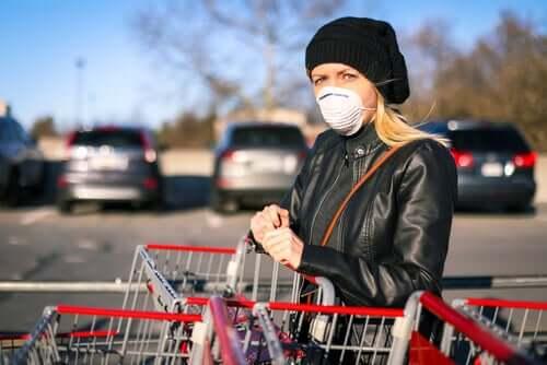 Donna che indossa la mascherina per evitare il contagio da Coronavirus durante la spesa