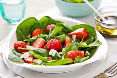 insalate con frutta ed erbe aromatiche, spinaci e fragole