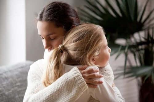 Madre abbraccia la figlia che non vuole cambiare scuola