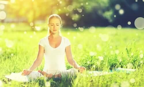 Ragazza che medita all'aperto