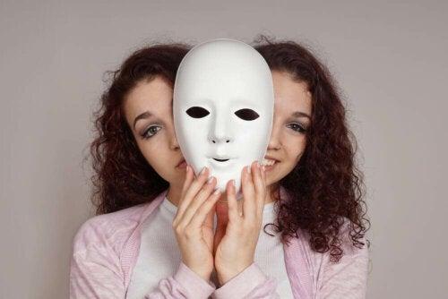 Disturbo bipolare di tipo I, ragazza con espressione triste/felice