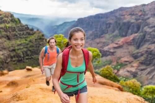 Coppia che fa trekking